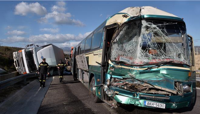 Σύγκρουση φορτηγού με λεωφορείο στην Ε.Ο Κορίνθου-Τριπόλεως