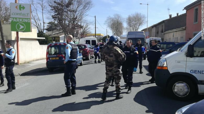 Ομηρία στη Γαλλία: Νεκρός ο αστυνομικός που αντάλλαξε τη θέση του με τους ομήρους