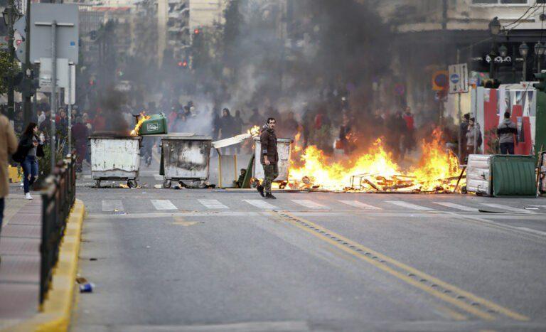 Συγκρούσεις των ΜΑΤ με οπαδούς του Ολυμπιακού (pics)