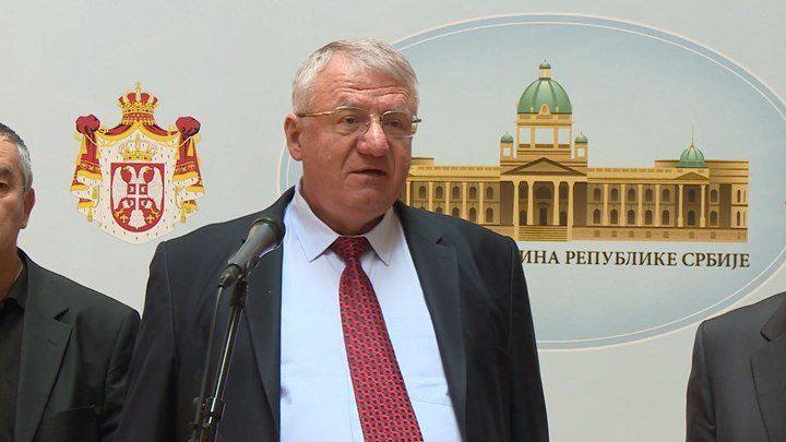 Σέρβος πολιτικός ποδοπάτησε την κροατική σημαία μπροστά σε Κροάτες βουλευτές