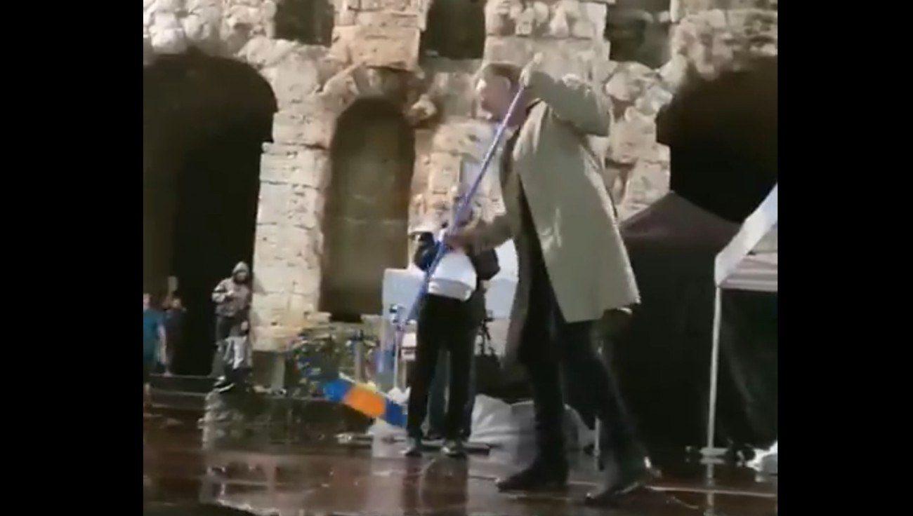 Ο Στινγκ πήρε τη σκούπα στη συναυλία στο Ηρώδειο! (vid)