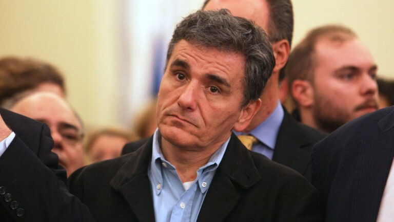 Handelsblatt: «Ο Υπ. Οικονομικών της Ελλάδας χαλαρώνει τους κεφαλαιακούς ελέγχους»