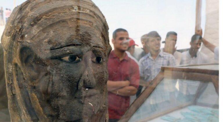 Αίγυπτος: Ανακαλύφθηκε μούμια με μάσκα σε αρχαίο νεκροταφείο (pics)