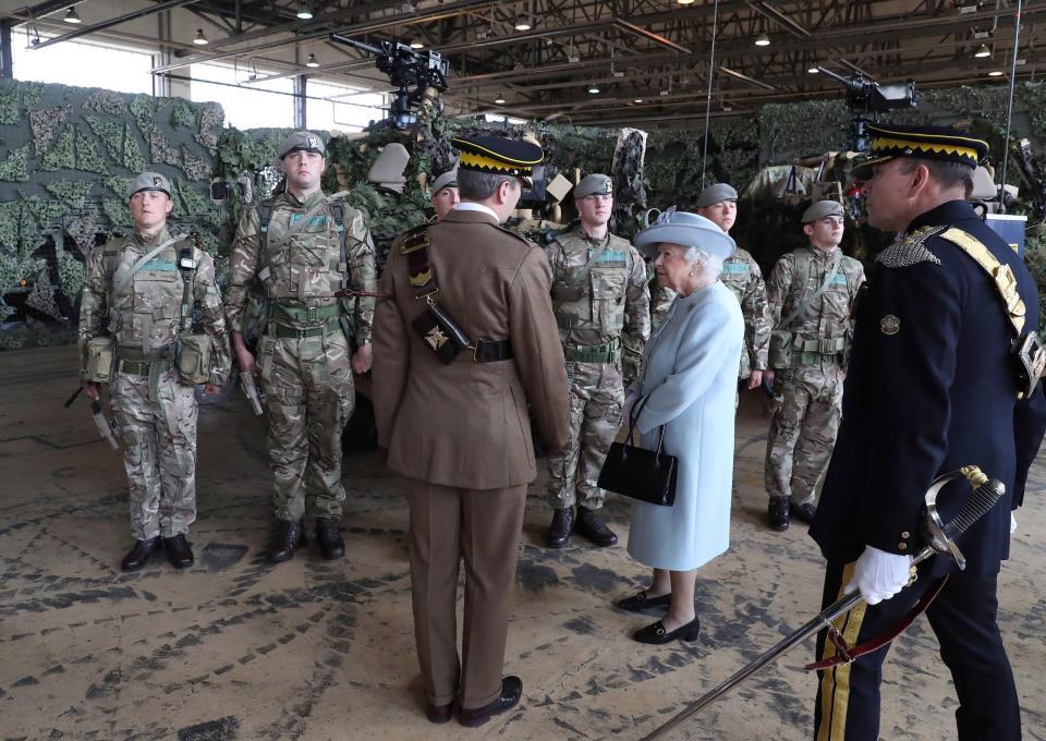 Στρατιώτες έκαναν όργια σε στρατόπεδο που επισκέφτηκε η βασίλισσα της Αγγλίας