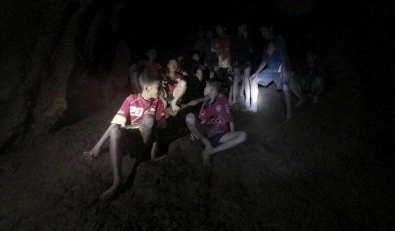 Ταϋλάνδη: Απεγκλωβίστηκαν τα τρία πρώτα παιδιά από τη σπηλιά (vid)