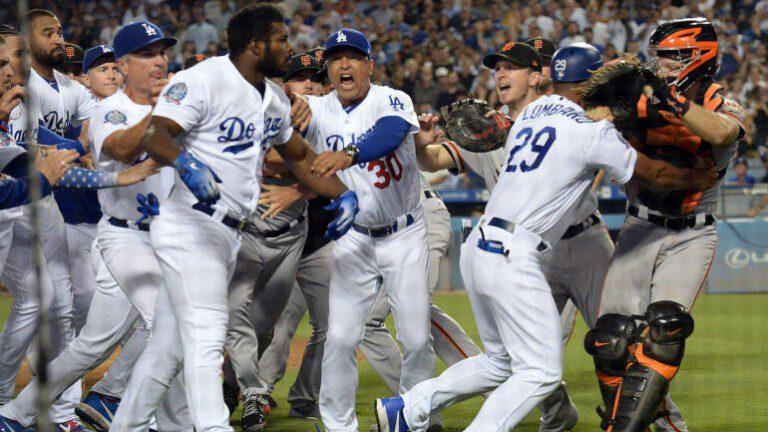 Αγώνας μπέιζμπολ μετατράπηκε σε αρένα! (vid)