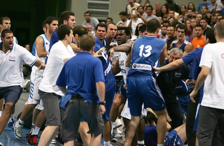 Ελλάδα – Σερβία: Οι μπουνιές που έβγαλαν… νοκ άουτ το ελληνικό μπάσκετ (vids)