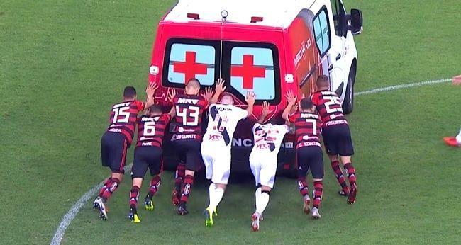 Παίκτες έσπρωχναν το ασθενοφόρο (vds)