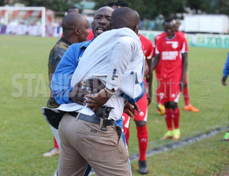 Κένυα: Φίλαθλος εισέβαλε με όπλο στο γήπεδο (pics)