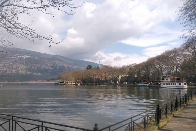 Άφρισε η λίμνη των Ιωαννίνων (vid)