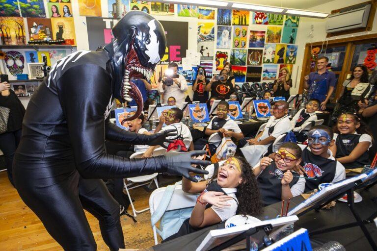 Ο Καντέρ ντύθηκε… Venom και επισκέφθηκε παιδιά (vid)