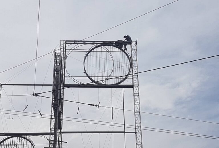 Άνδρας σε στύλο στην Ομόνοια απειλεί να πέσει!