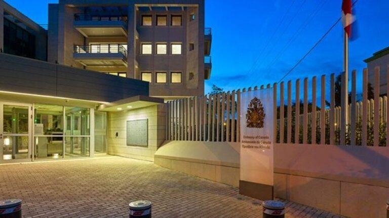 Πέταξαν μπογιές και έσπασαν τζαμαρίες την πρεσβεία του Καναδά