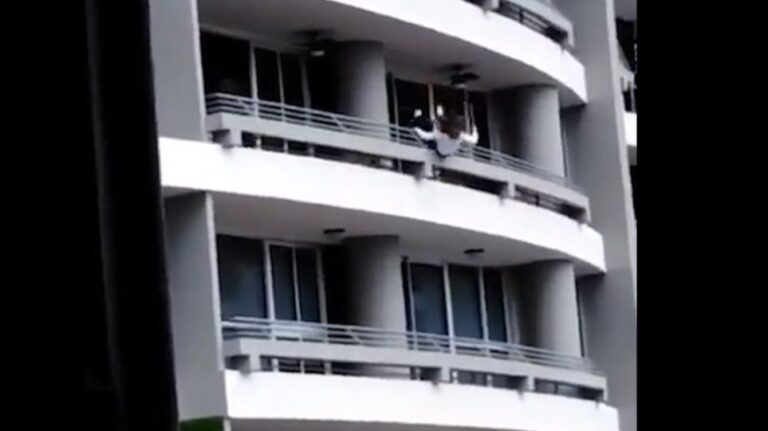 Ασύλληπτη τραγωδία: Πέφτει στο κενό από τον 27ο όροφο ενώ βγάζει selfie [vid]