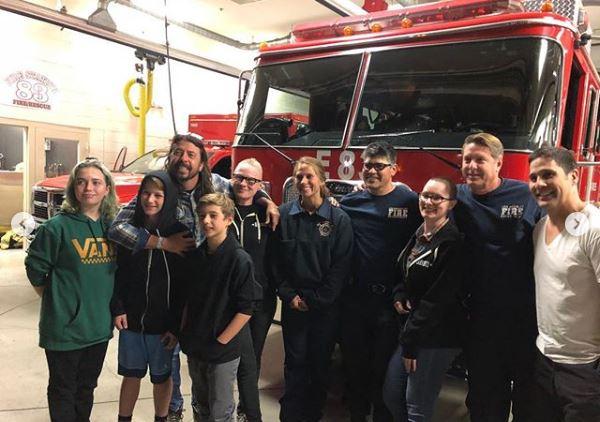 Ο Dave Grohl έκανε BBQ για τους πυροσβέστες στην Καλιφόρνια (pics)