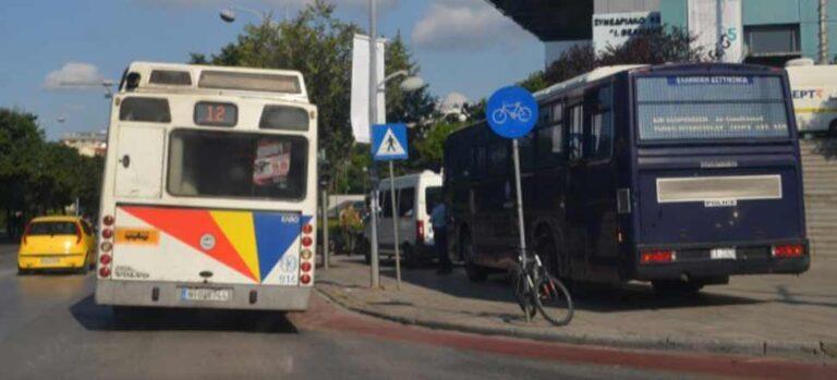 Θεσσαλονίκη: Λεωφορείο του ΟΑΣΘ έπεσε σε περίφραξη σπιτιού (pics)