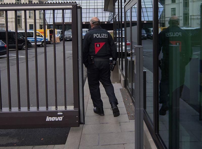Έφοδος της αστυνομίας στην Deutche Bank!