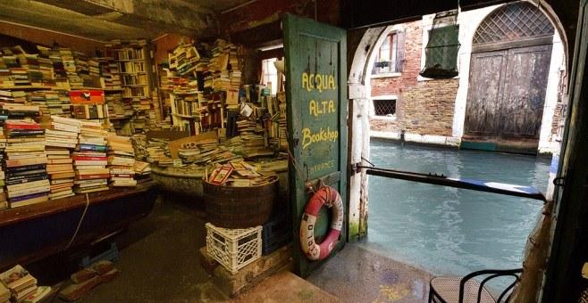 Libreria Acqua Alta: Το βιβλιοπωλείο που βρίσκεται μέσα στο νερό (pics)