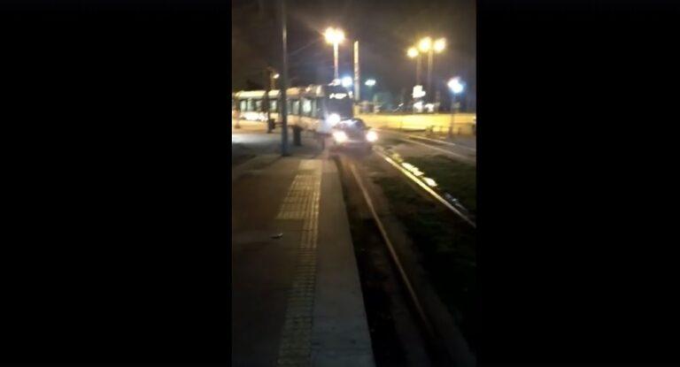 Επικό: Άφησε το αμάξι του με αλάρμ στις γραμμές του τραμ (vid)