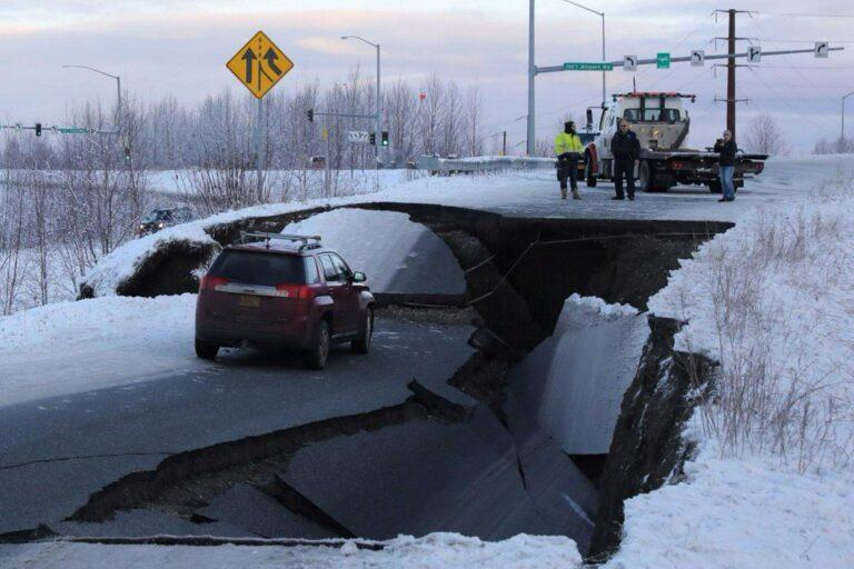 Αλάσκα: Συγκλονιστικές εικόνες από τον σεισμό 7 Ρίχτερ (pics & vids)