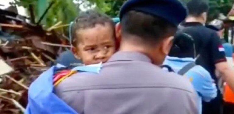 Ινδονησία: Ανέσυραν ζωντανό πεντάχρονο από τα ερείπια 12 ώρες μετά το φονικό τσουνάμι