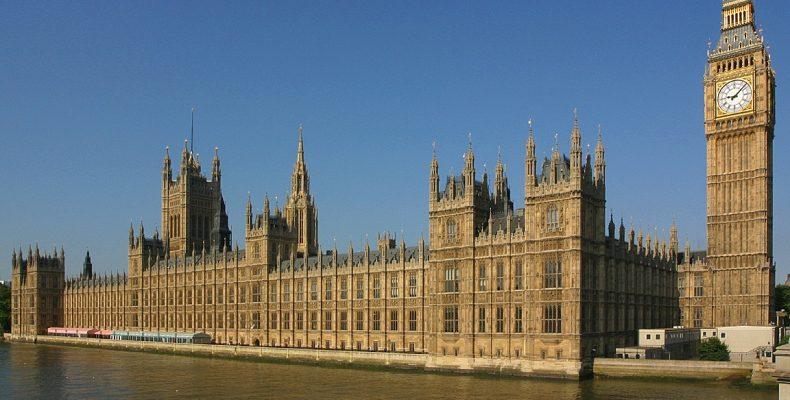 Με τέιζερ ακινητοποίησαν τον άνδρα που μπήκε στο βρετανικό κοινοβούλιο