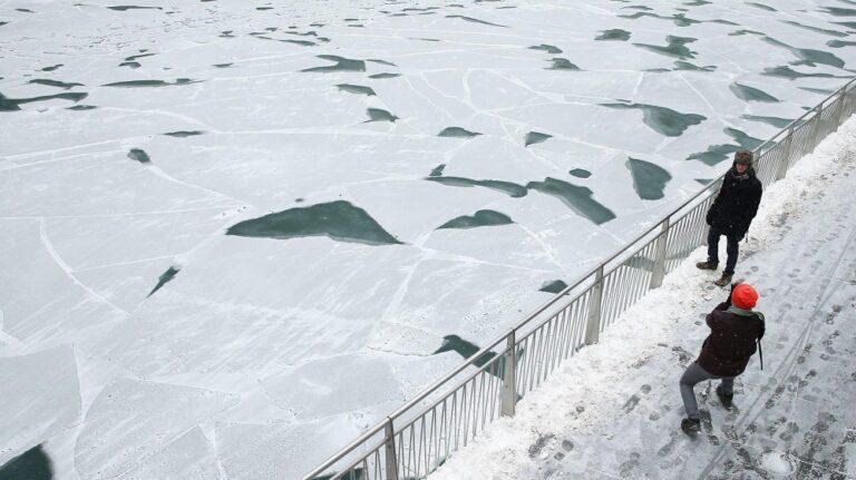 Έριξαν πέτρες σε μια παγωμένη λίμνη και το αποτέλεσμα έγινε viral παγκοσμίως