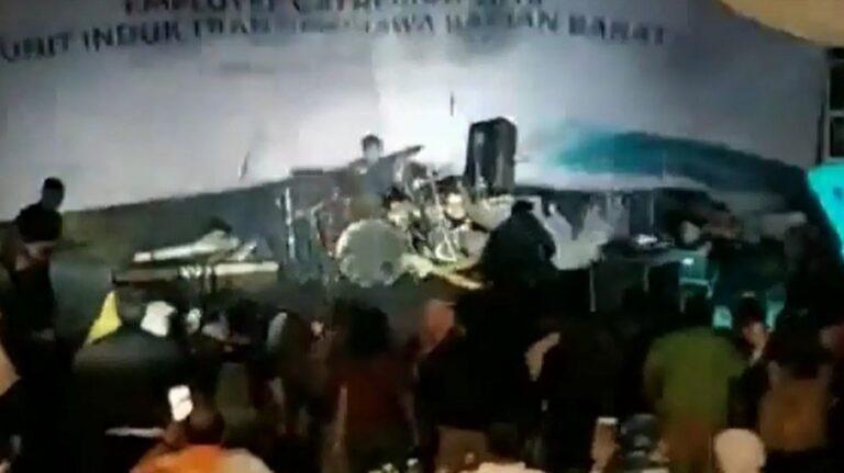 Ινδονησία: Τα κύματα «καταπίνουν» θεατές συναυλίας (vid)