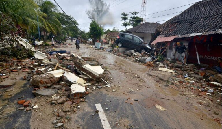 Ινδονησία: Στους 222 οι νεκροί και στους 843 τραυματίες από το τσουνάμι (pics)
