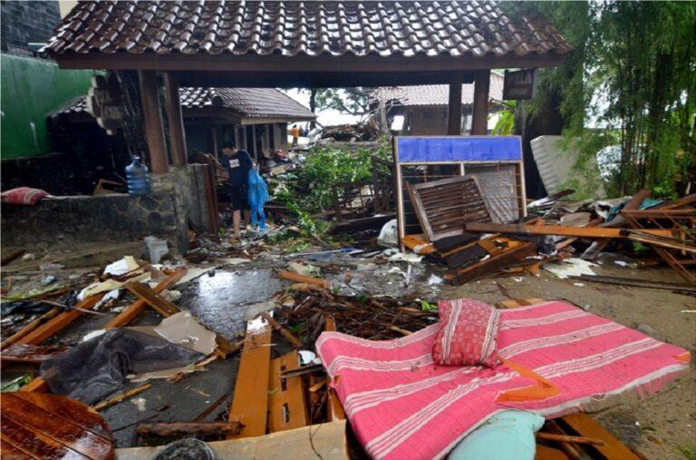 Ινδονησία: Ανεβαίνει ο αριθμός των νεκρών από το φονικό τσουνάμι (pics)