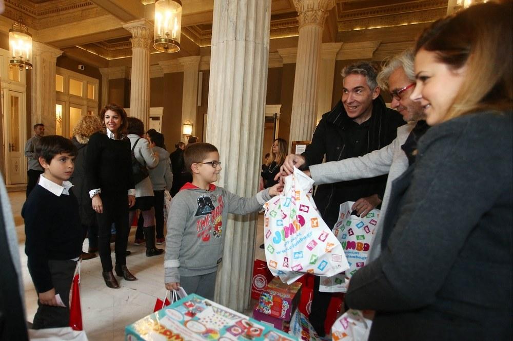Ολυμπιακός: Μοίρασε δώρα και χαμόγελα (vid)