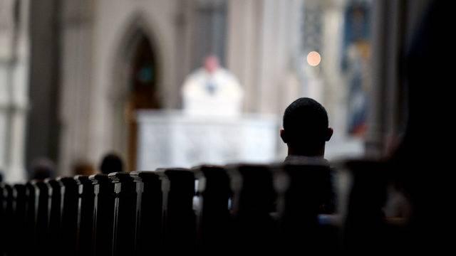 Σχεδόν 700 καθολικοί ιερείς κατηγορούνται για παιδεραστία στο Ιλινόις