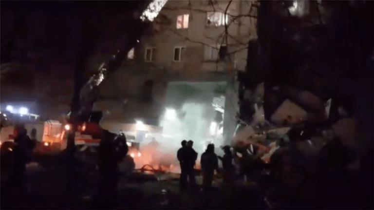 Ρωσία: Κατέρρευσε δεκαώροφη πολυκατοικία – 3 νεκροί και 79 αγνοούμενοι