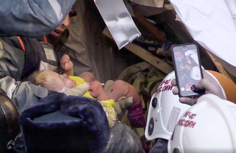 Ρωσία: Έσωσαν μωρό 10 μηνών, 35 ώρες μετά την κατάρρευση κτιρίου