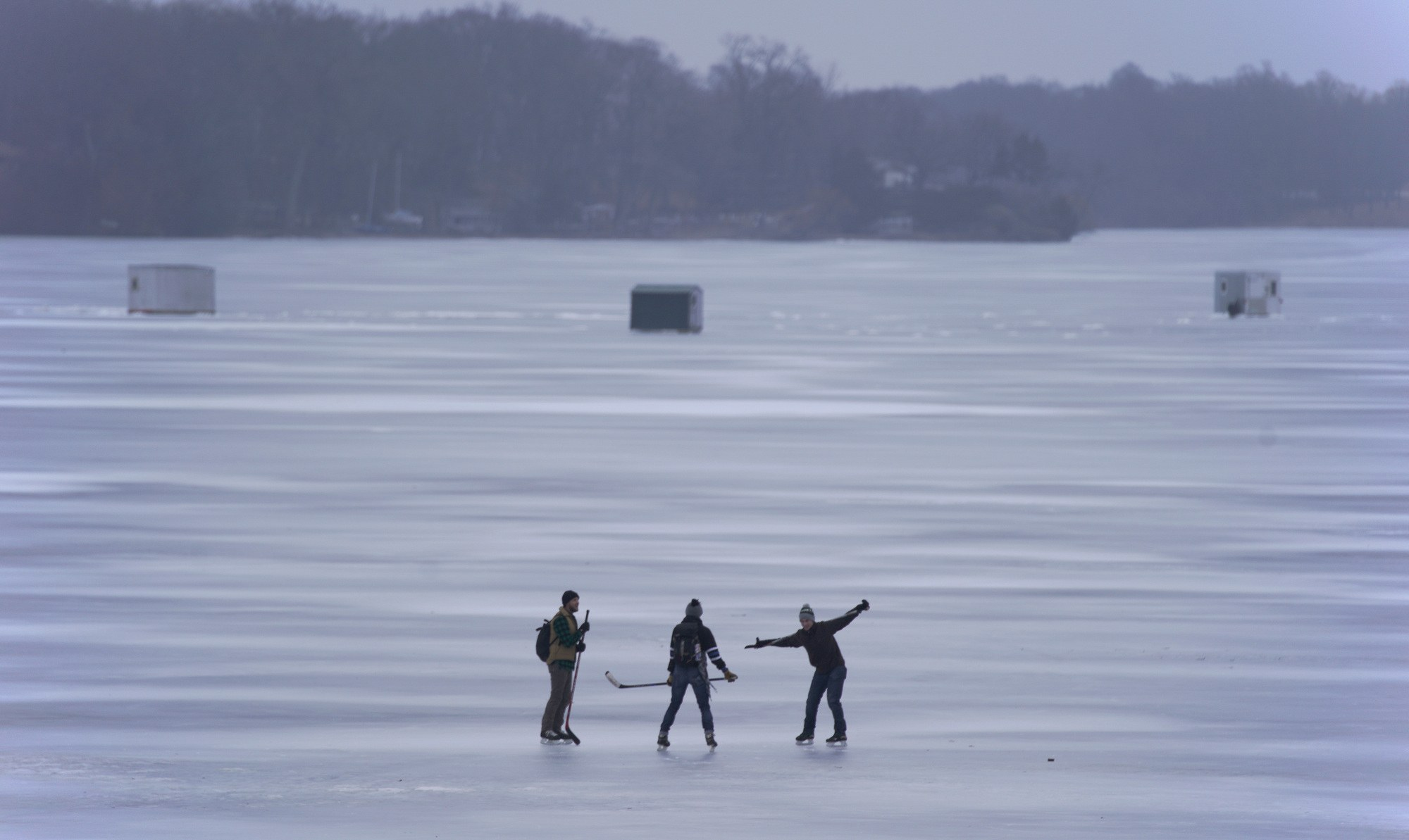 Έκαναν πατινάζ με…καναπέ στην παγωμένη λίμνη της Μινεσότα (vid)