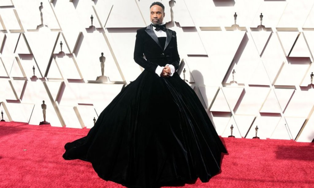 e2852b77d280 Billy Porter  Στο κόκκινο χαλί των Oscar με βελούδινη φούστα ...