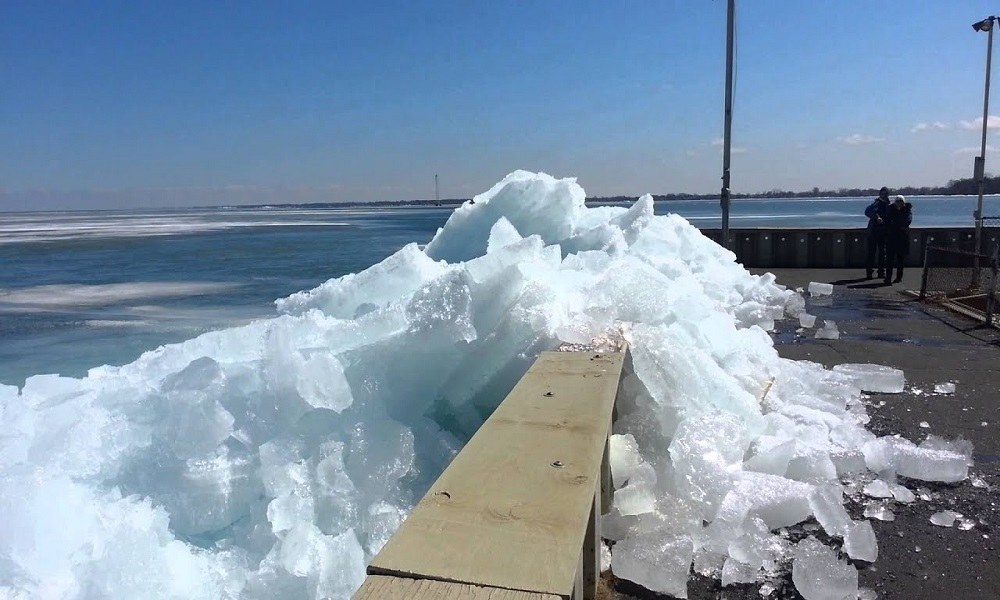 Εντυπωσιακό τσουνάμι πάγου καταγράφηκε σε βίντεο (vid)