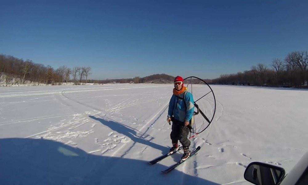 Παράτολμος σκιέρ κάνει σκι με… παραμοτέρ (vid)