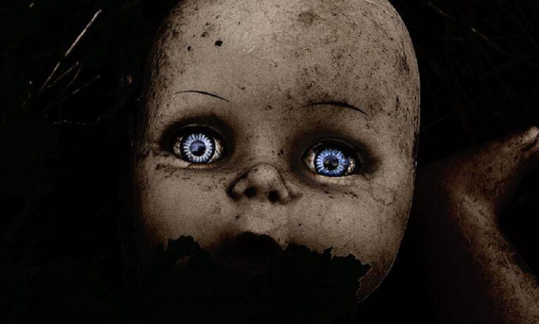 H τρομακτική ιστορία του νησιού με τις κρεμασμένες κούκλες (vid)