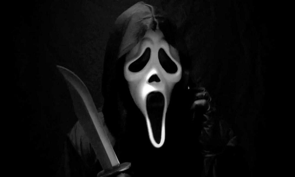 Κέρδισε το λαχείο κι εμφανίστηκε για τα κέρδη με τη μάσκα του…Scream (vid)