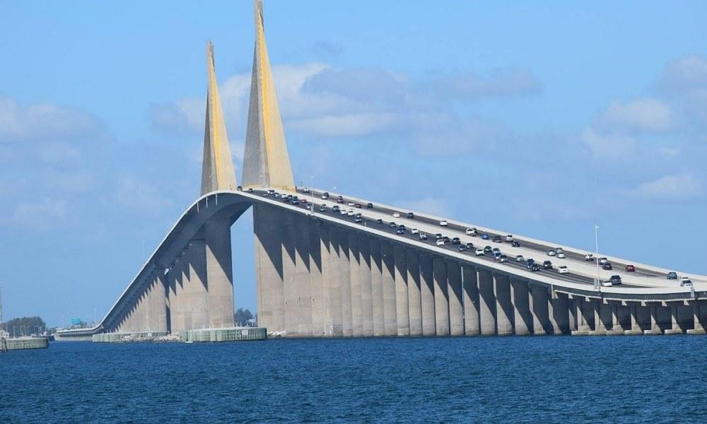 Ανατριχιαστικό! Μοτοσυκλετιστής «έφυγε» από γέφυρα 30 μέτρων (vid)