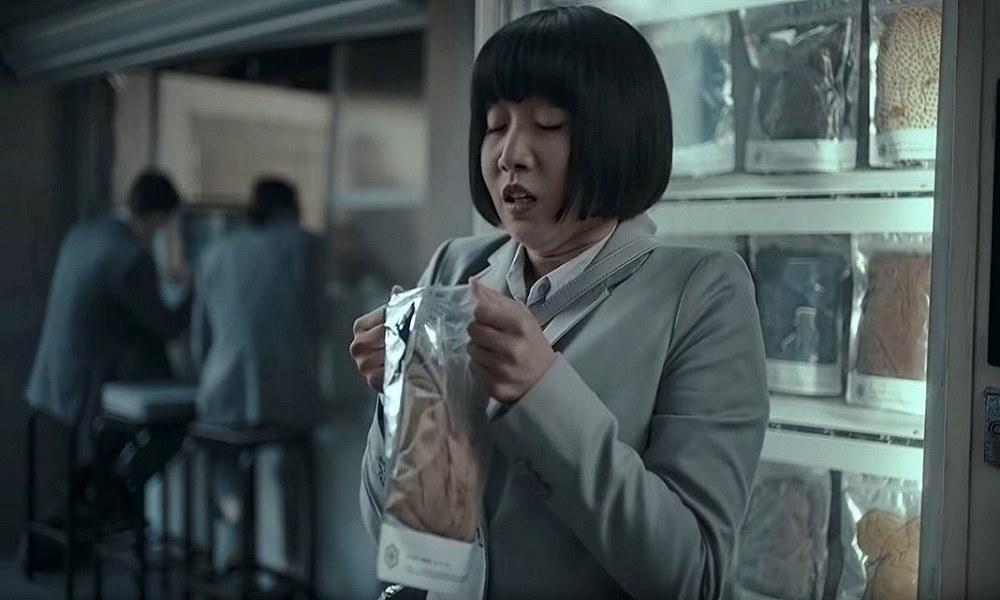 Σοκ με διαφήμιση που δείχνει Ασιάτισσες να χαίρονται που μυρίζουν βρώμικα ανδρικά εσώρουχα