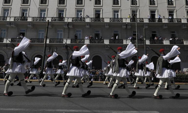 Υπό τους ήχους του «Μακεδονία Ξακουστή» η παρέλαση των Ευζώνων (vid)