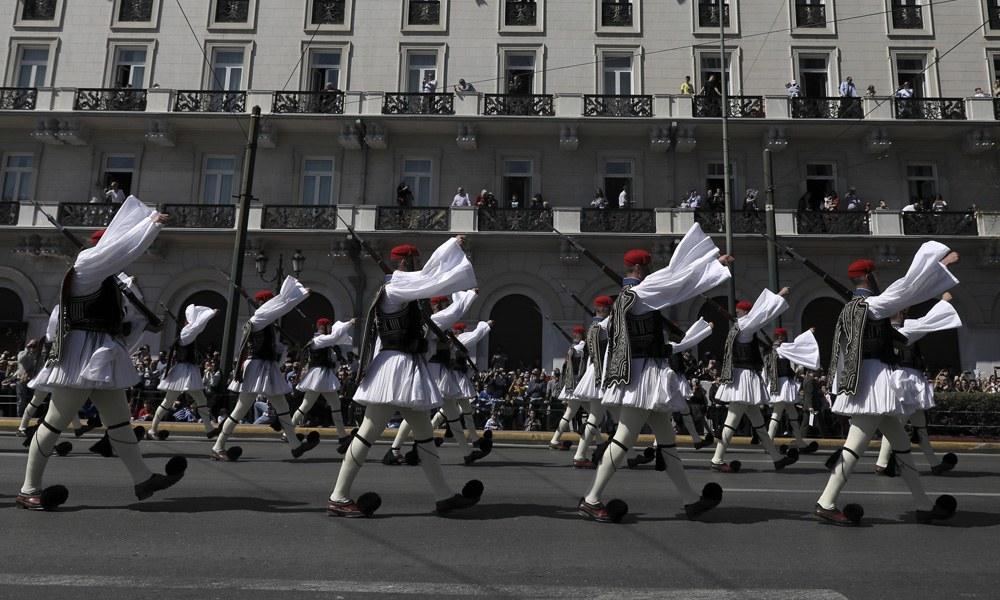 Παρέλαση: Υπό το «Μακεδονία Ξακουστή» οι Εύζωνες (vid)
