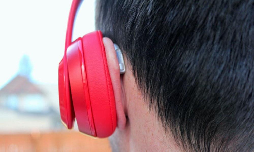 Μαθητής κοιμήθηκε με τα ακουστικά και ξύπνησε κουφός