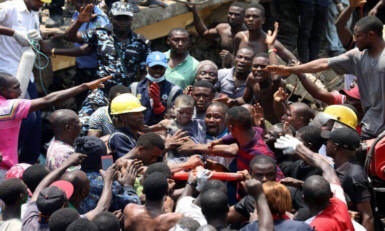 Νιγηρία: 24 παιδιά σώα από τα συντρίμμια του σχολείου (vid)