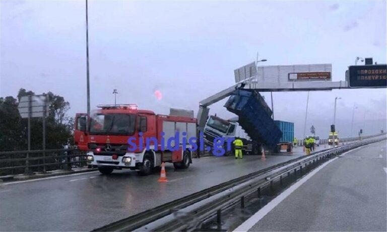 Γέφυρα Ρίου Αντιρρίου: Καρότσα νταλίκας «έφυγε» από τον αέρα