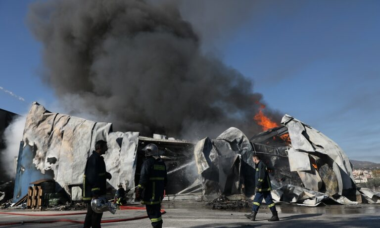 Πυρκαγιά σε εργοστάσιο στη Παιανία (vid)