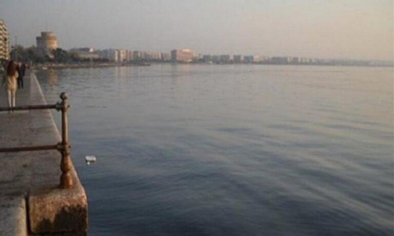 Ηλικιωμένος έπεσε στα νερά του Θερμαϊκού -Δύο πολίτες τον ανέσυραν από τη θάλασσα