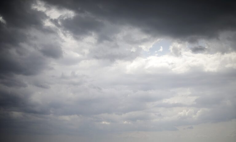 Καιρός: Συννεφιά και τοπικές βροχές